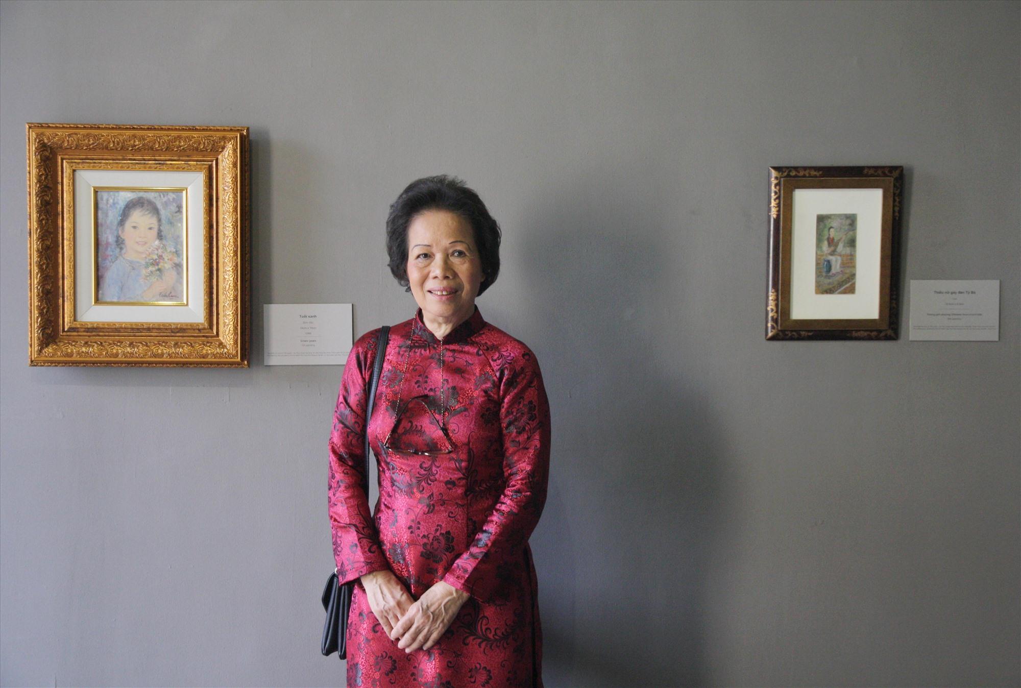 """Nhà phê bình văn học Thụy Khuê và cuốn """"Cấu trúc thơ"""" vừa tái xuất tại Việt Nam sau 25 năm Ảnh: VĂN BẢY"""