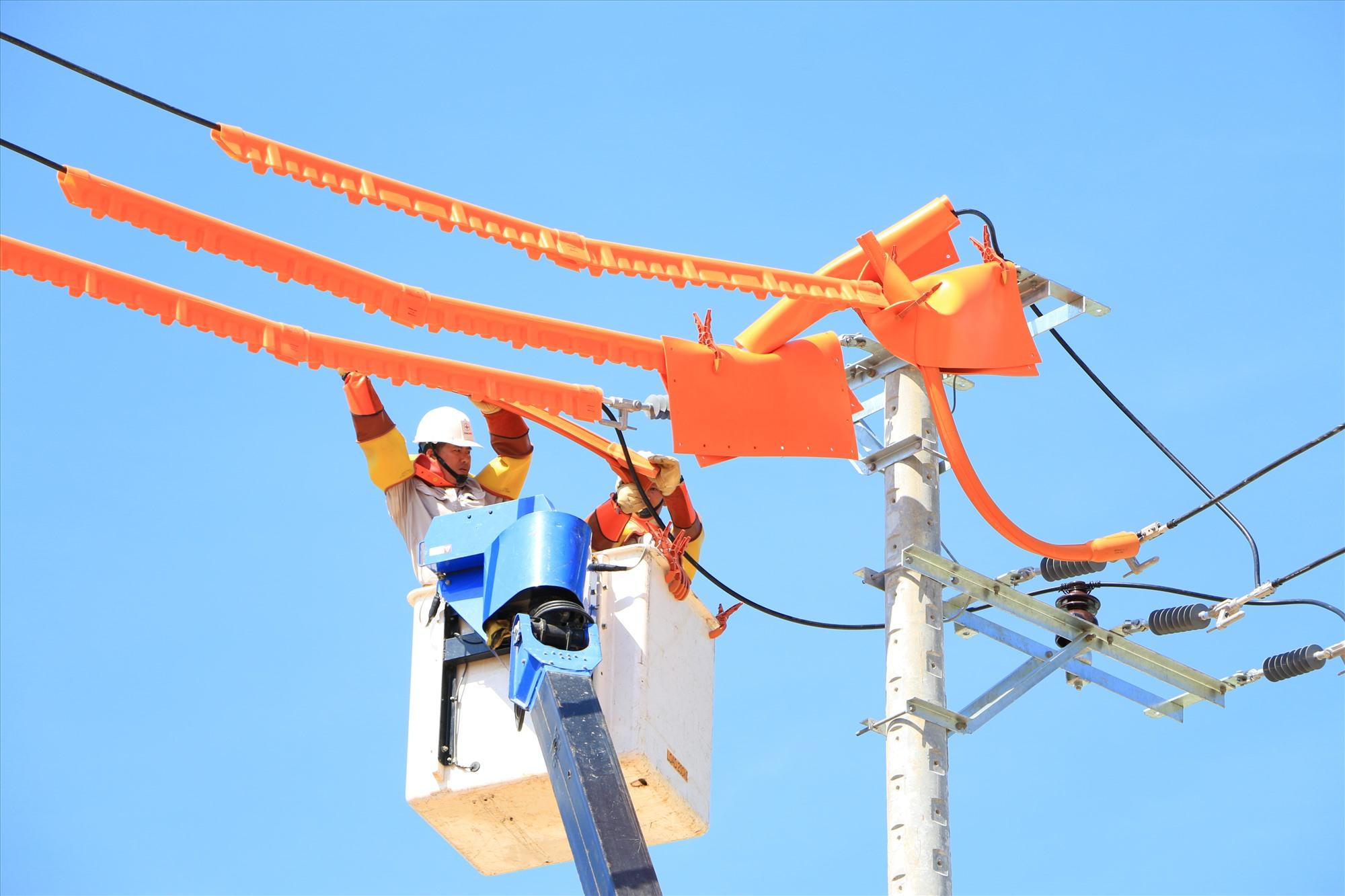 Công nghệ hotline được ngành điện đặc biệt chú trọng để giảm thời gian mất điện của khách hàng. Ảnh: PHƯƠNG GIANG