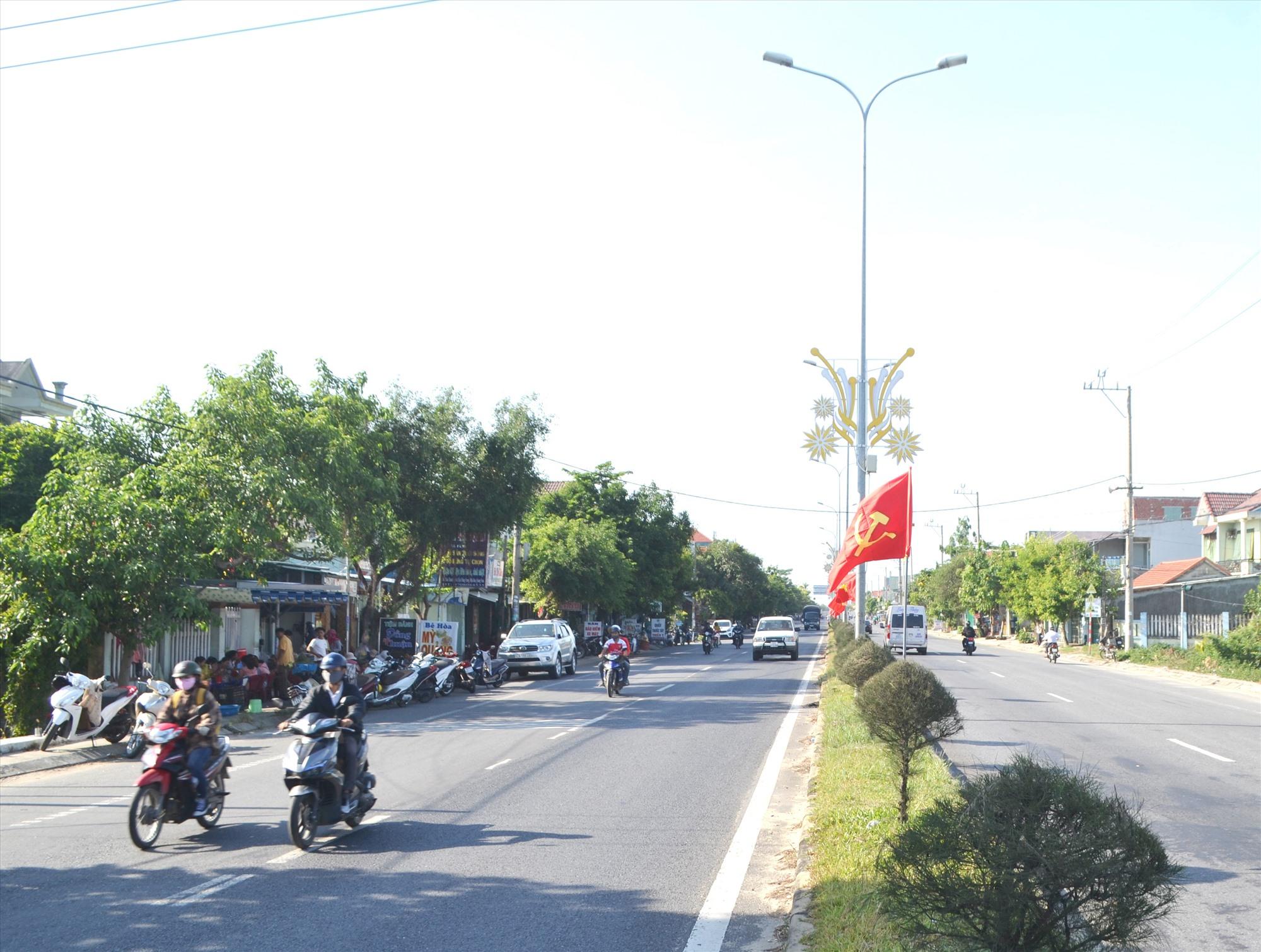 Quốc lộ 1 qua trung tâm xã Điện Thắng Trung. Ảnh: CÔNG TÚ