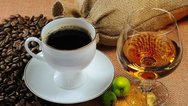 Rượu, đồ uống chứa caffein dễ khiến cơ thể mất nước.
