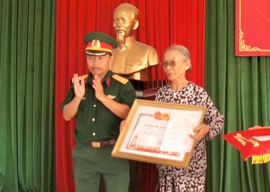 Thân nhân liệt sĩ Lê Khóa nhận bằng Tổ quốc ghi công. Ảnh: HẢI CHÂU
