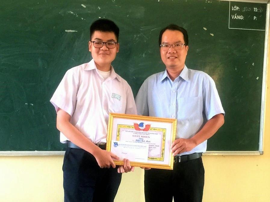 Hội LHTN Việt Nam TP.Tam Kỳ tặng giấy khen cho em Trần Anh Minh. Ảnh: CTV