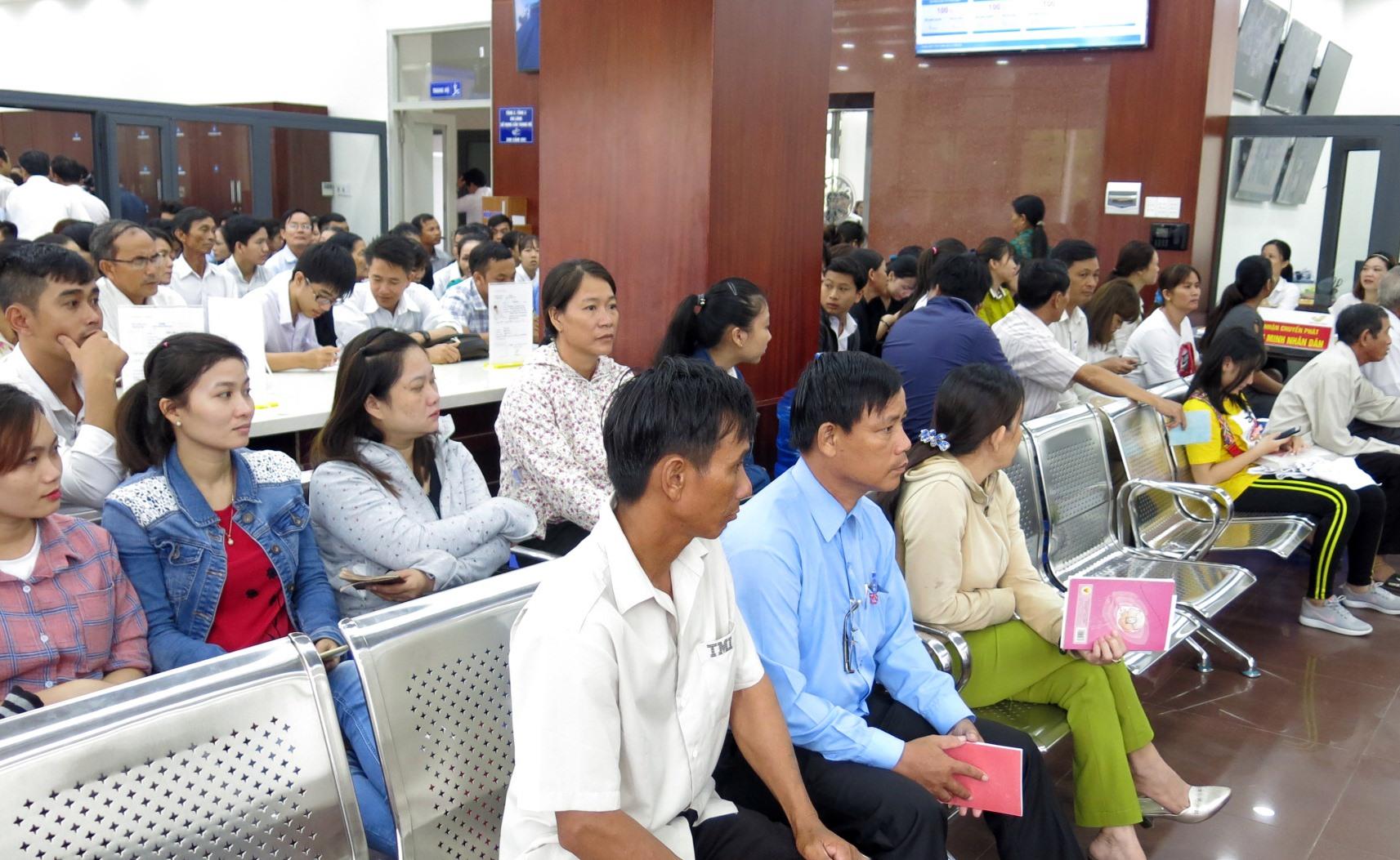 Người dân đến thực hiện các thủ tục hành chính tại trung tâm hành chính tỉnh. Ảnh:T.D
