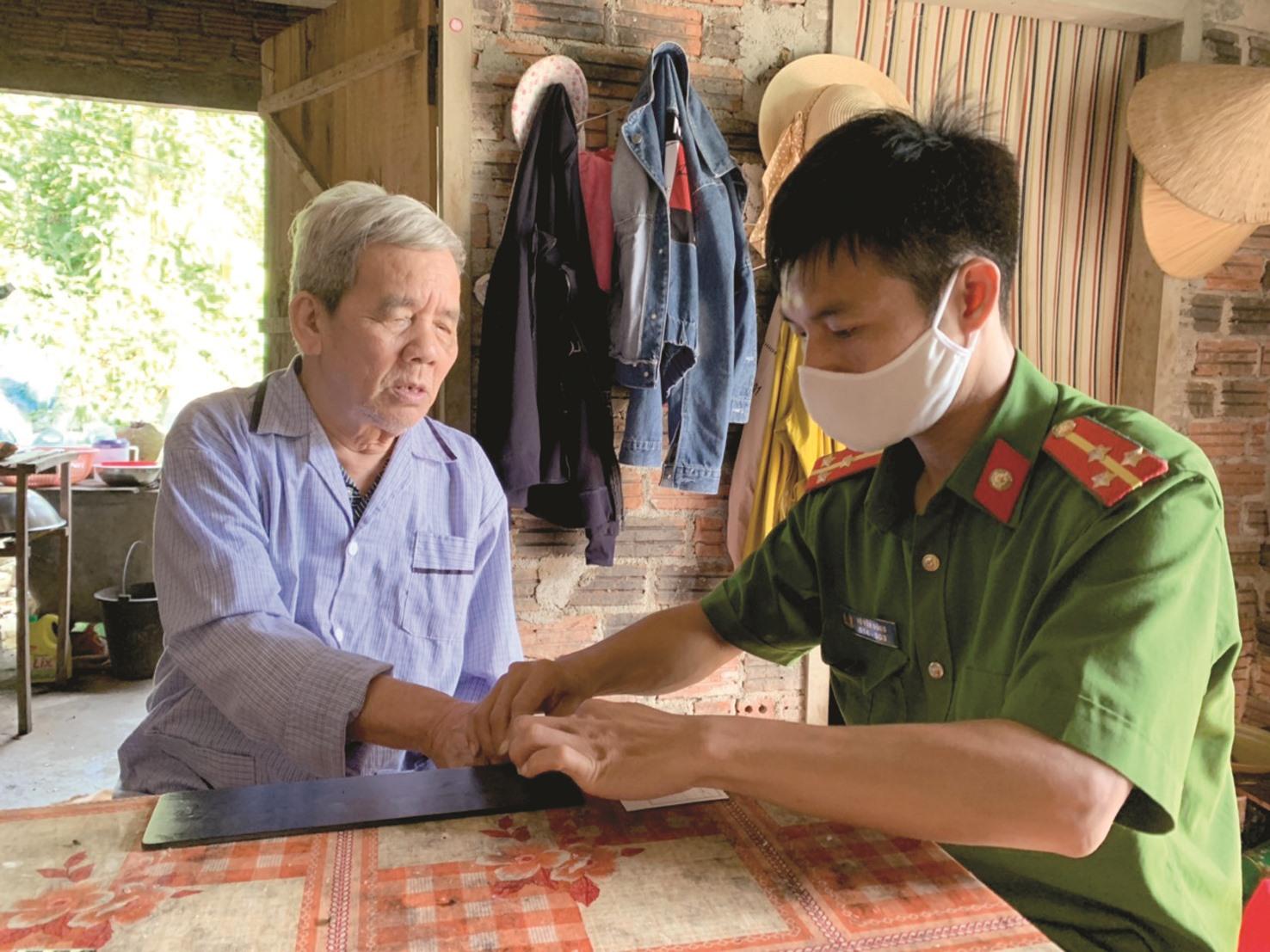 Cán bộ chiến sĩ Công an huyện Tiên Phước đến làm chứng minh nhân dân tận nhà cho người dân trong đợt dịch bệnh Covid-19. Ảnh: D.L