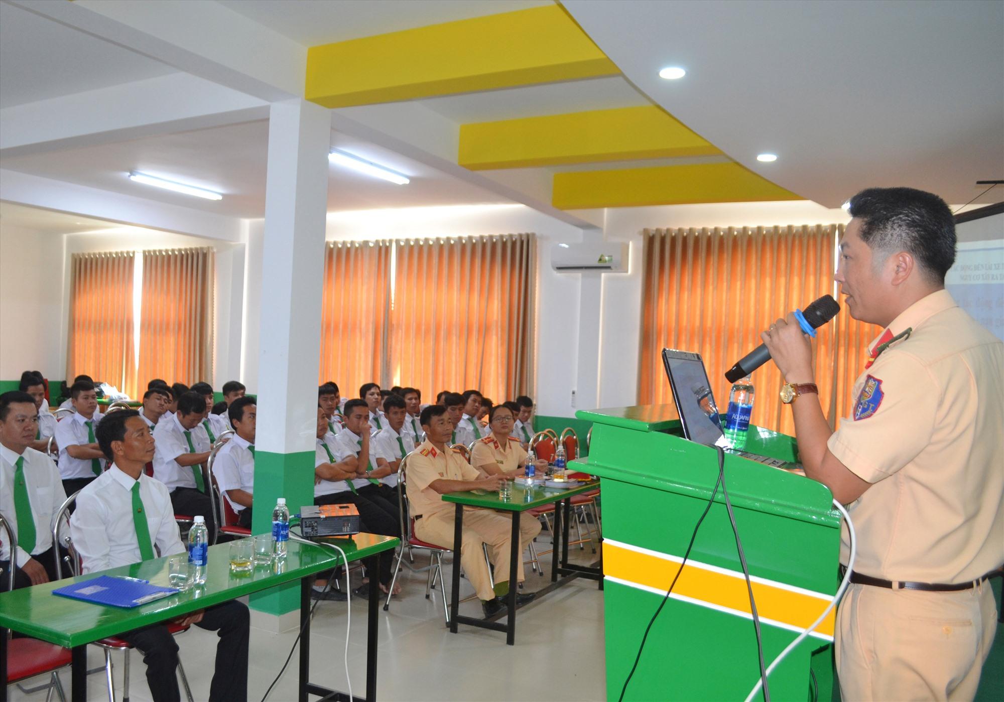 Công ty TNHH MTV Mai Linh Hội An chủ động phối hợp với Phòng Cảnh sát giao thông đường bộ -đường sắt tuyên truyền pháp luật ATGT cho tài xế lái taxi. Ảnh: N.B