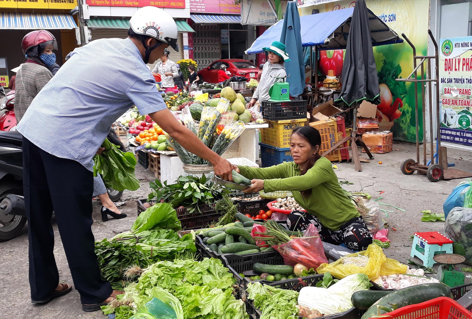Sử dụng tiền mặt trong giao dịch ở chợ truyền thống còn khá phổ biến. Ảnh: C.N