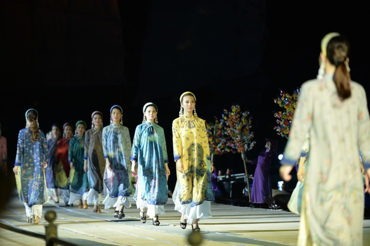 Upon sharing the reason for choosing Hoi An as the venue for the show, designer Minh Hanh, the director of the occasion, says that the town is a rare place that still holds ancient values in terms of its architectural style and cultural characteristics, despite experiencing plenty of ups and downs throughout its history. Source: VOV