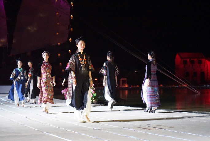 The Ao Dai has a lively and charming appearance on the journey of creativity, elevation and affirmation on the value of Vietnamese cultural identity. Photo: nld.com