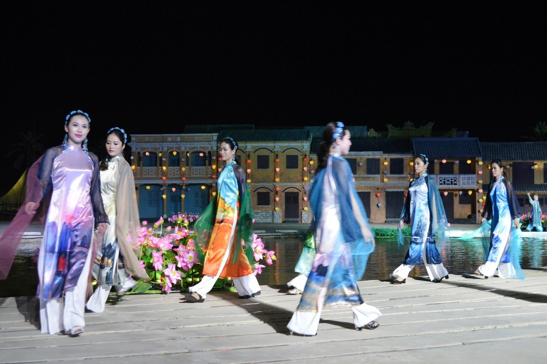 At the event, 17 'Ao Dai' collections attached to 17 Vietnam's tourist attractions including Thang Long Imperial Citadel, Ha Long Bay, Trang An Landscape Complex, My Son Sanctuary, Hoi An's Japanese Bridge, Phong Nha- Ke Bang National Park and Cultural space of Gongs in Central Highlands featured the stories of Ao Dai (a traditional Vietnamese costume) from the past to present into future.