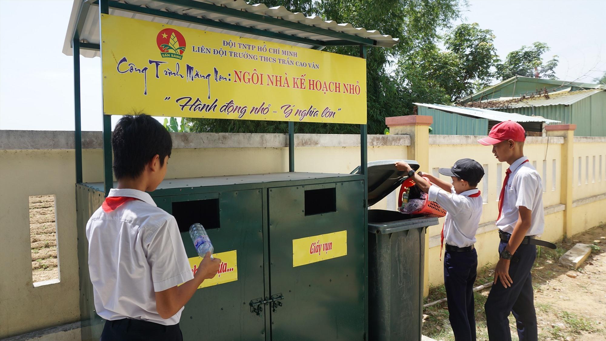 Học sinh Trường THCS Trần Cao Vân phân loại rác thải. Ảnh: N.TRANG