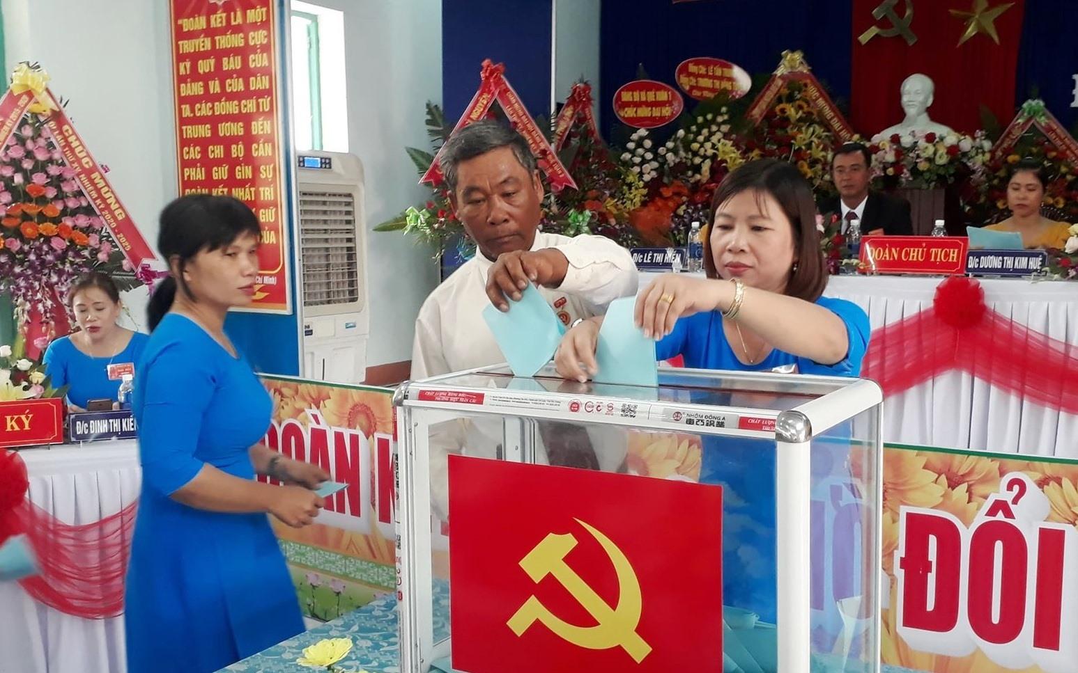 Đại biểu bỏ phiếu bầu Ban Chấp hành Đảng bộ xã Quế Xuân 2 khóa XV. ảnh DT