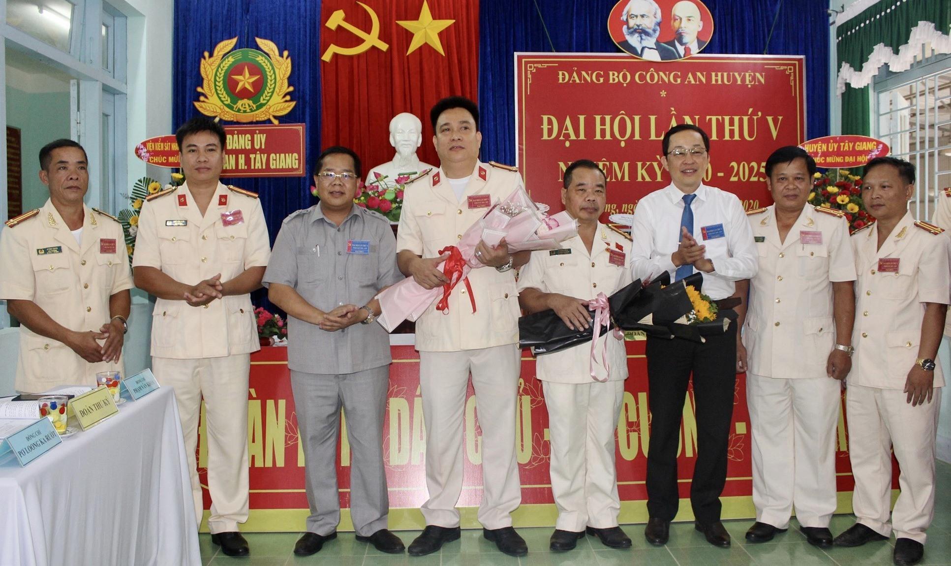 Lãnh đạo huyện Tây Giang tặng hoa chúc mừng Ban Chấp hành Đảng bộ Công an huyện khóa mới. Ảnh: ĐÌNH HIỆP