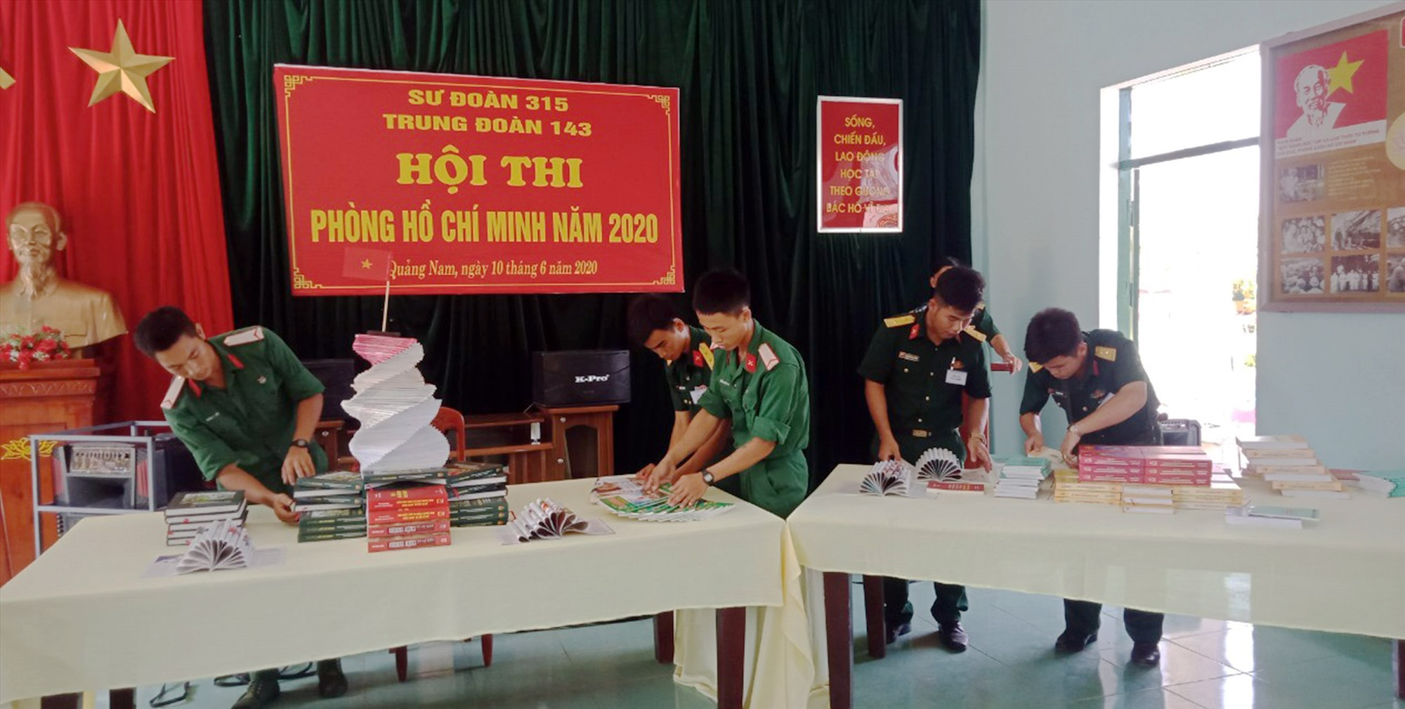 Nhóm nghiệp vụ sách, báo thực hành nội dung bố trí, sắp xếp tại Phòng Hồ Chí Minh. Ảnh: LÊ TÂY