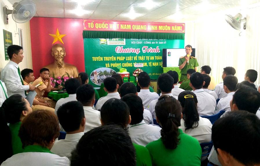 Công an TP.Tam Kỳ tuyên truyền pháp luật cho tài xế taxi Mai Linh. Ảnh: H.BIN