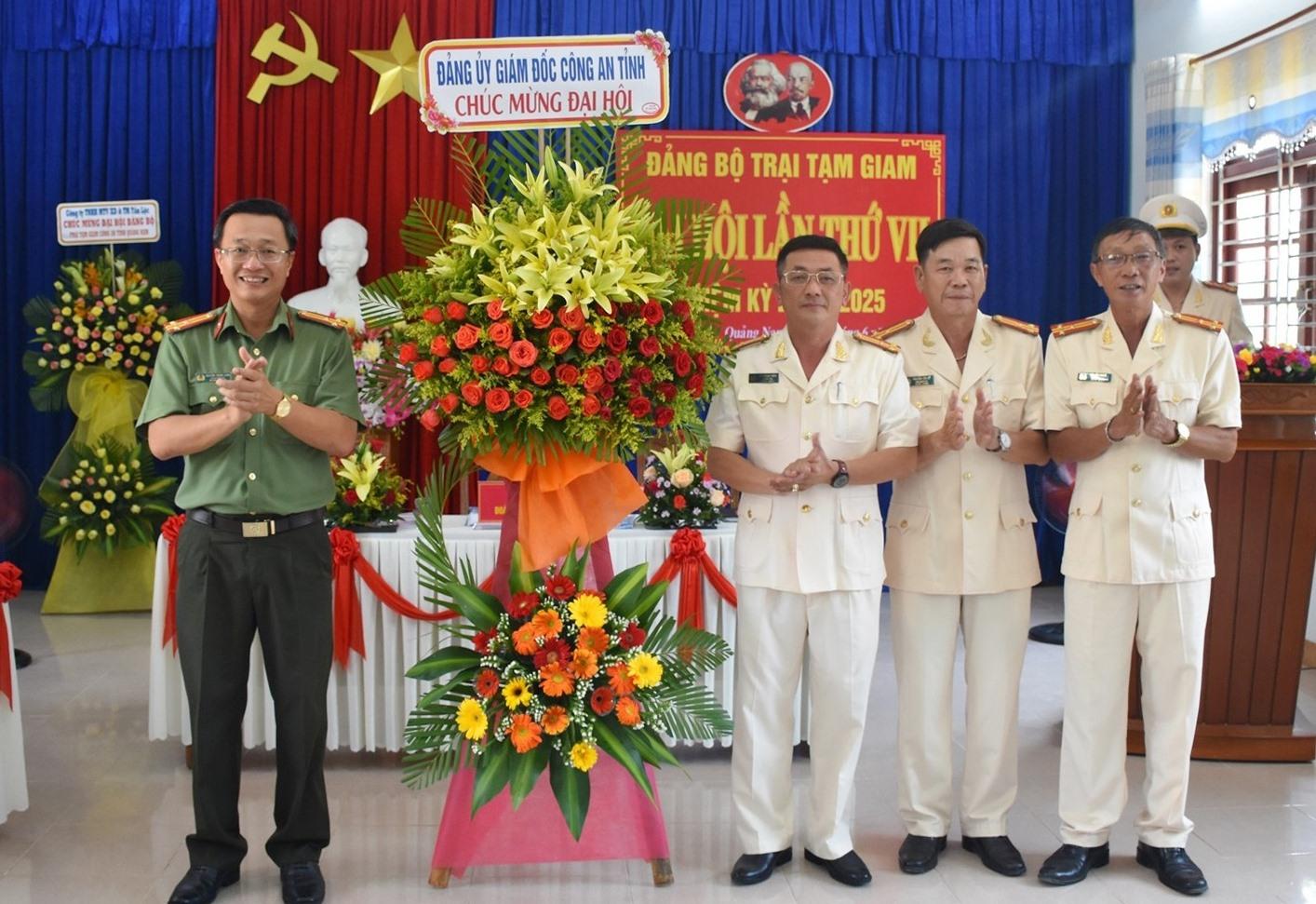Thượng tá Nguyễn Thành Long - Phó Giám đốc Công an tỉnh tặng hoa chúc mừng đại hội. Ảnh: Q.H