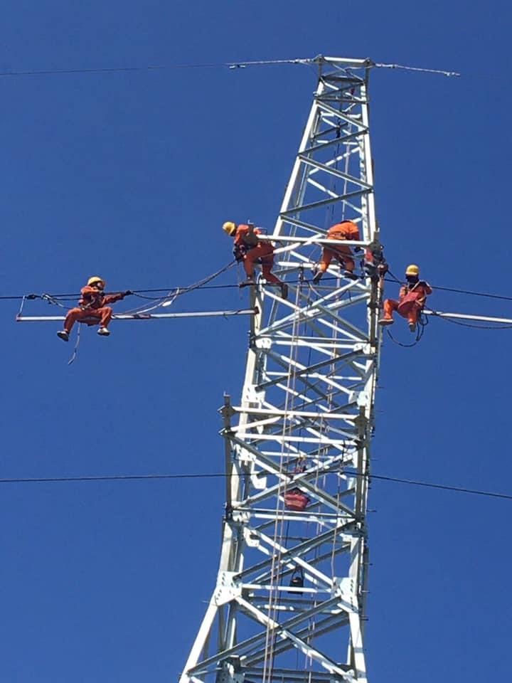 Nhân viên thuộc PC Quảng Nam sửa chữa, bảo dưỡng lưới điện 110KV. Ảnh:T.L
