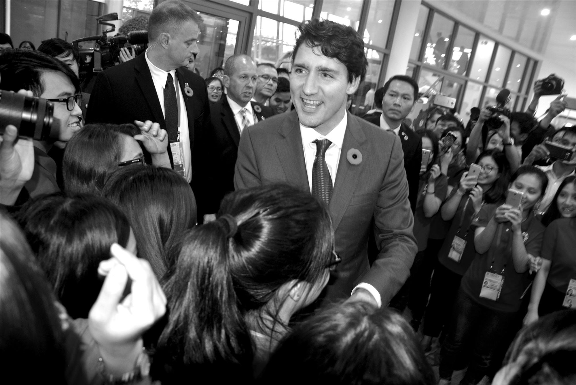 """Tác phẩm """"Thủ tướng Canada Justin Trudeau với fan sinh viên Việt Nam"""" của Huỳnh Trương Phát chụp tại Apec 2017, đoạt giải khuyến khích, Giải thưởng đối ngoại toàn quốc 2018."""