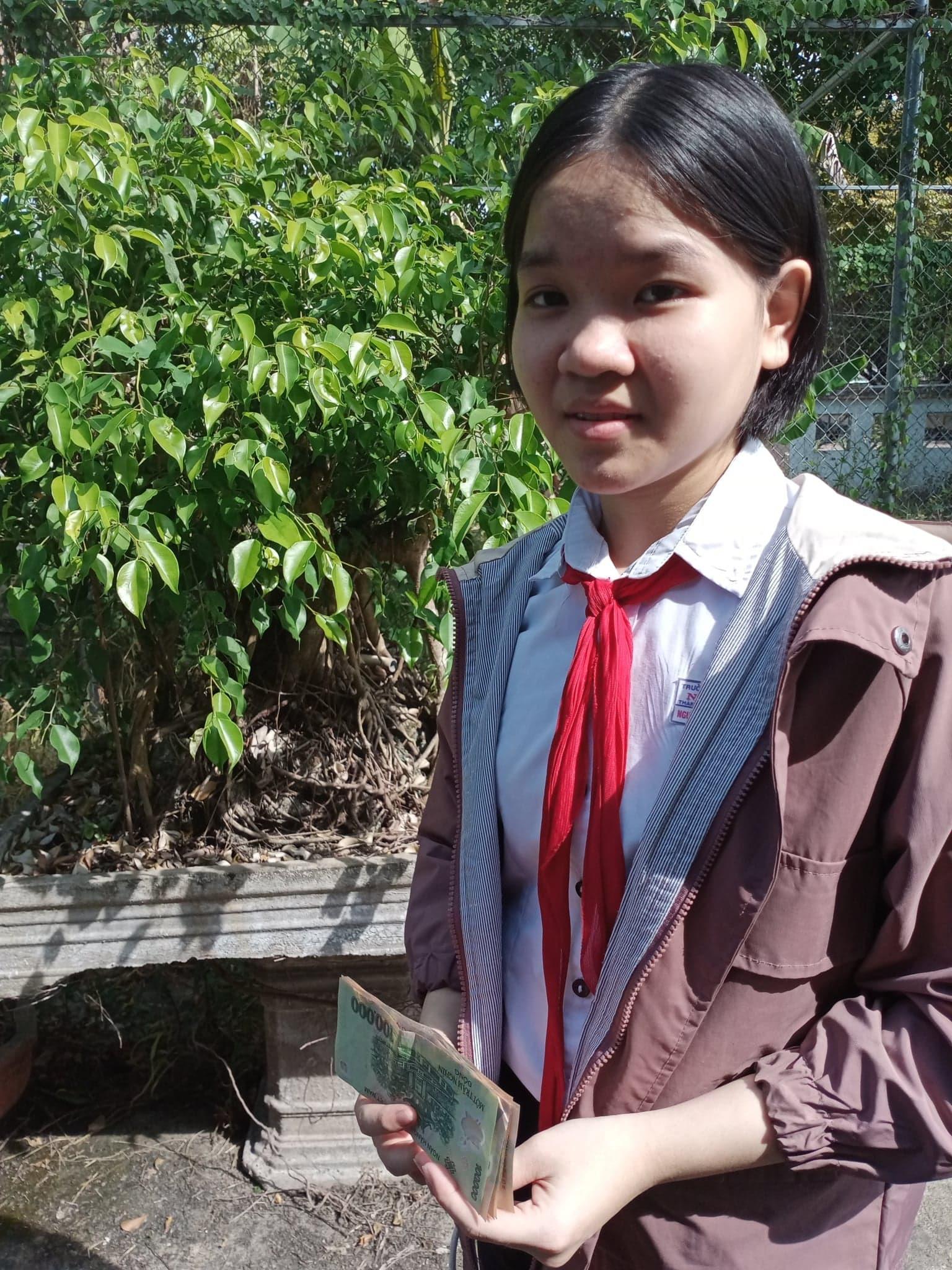 Nguyễn Thị Quỳnh Như học lớp 9/4 Trường THCS Nguyễn Du (Tam Kỳ) được các nhà hảo tâm hỗ trợ để tiếp tục đến trường.