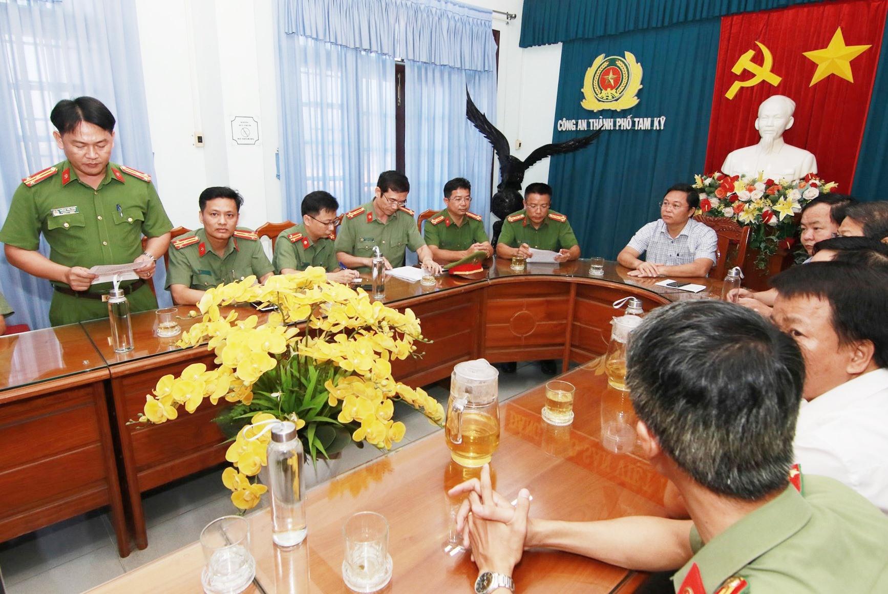 Thượng tá Huỳnh Tấn Mười - Phó Trưởng Công an TP.Tam Kỳ thông tin về vụ việc. Ảnh: T.C