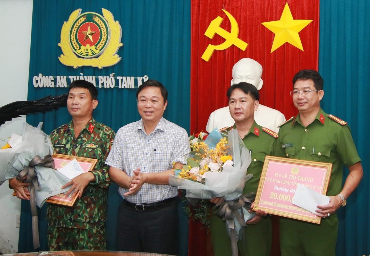 Chủ tịch UBND tỉnh Lê Trí Thanh thưởng nóng cho Công an TP.Tam Kỳ. Ảnh: T.C
