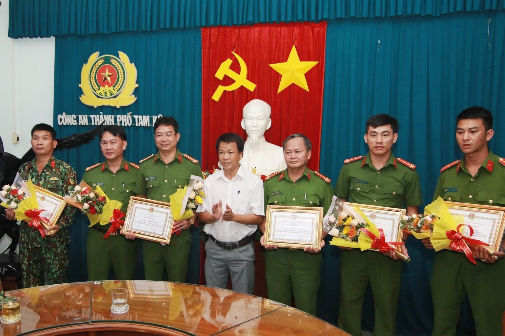 Đại diện UBND TP.Tam Kỳ cũng đã trao giấy khen, khen thưởng cho các tập thể, cá nhân có thành tích xuất sắc trong việc bắt giữ Triệu Quân Sự. Ảnh: T.C