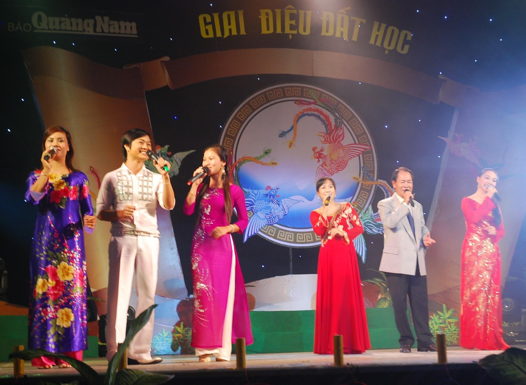 Vũ Đức Sao Biển với Chương trình Giai điệu đất học, gây quỹ Ươm mầm tài năng đất Quảng, do Báo Quảng Nam tổ chức.