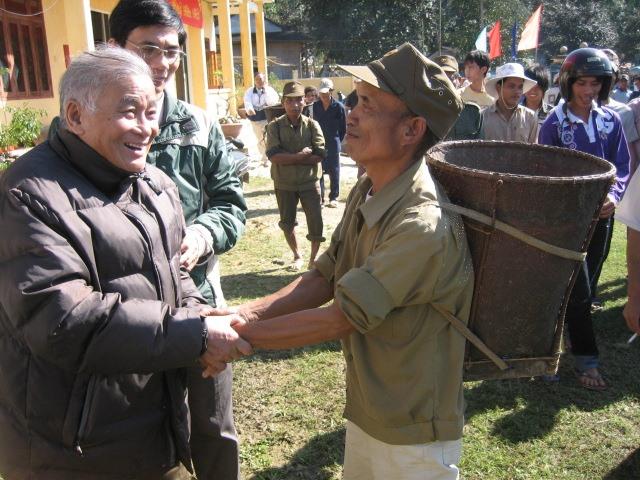 Nhà văn Nguyễn Chí Trung gặp lại những người đã cưu mang ông tại huyện vùng cao Trà Bồng. Ảnh: TRẦN ĐĂNG
