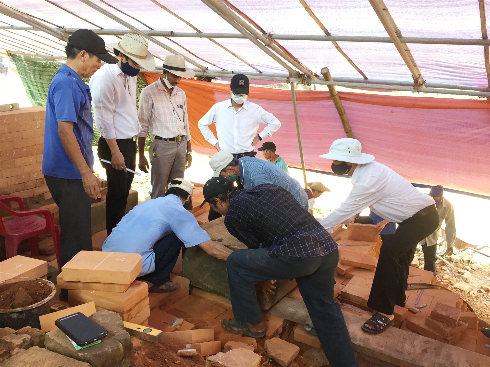 Các chuyên gia Ấn và Việt đang thực hiện khai quật tháp A10. Ảnh: A.V