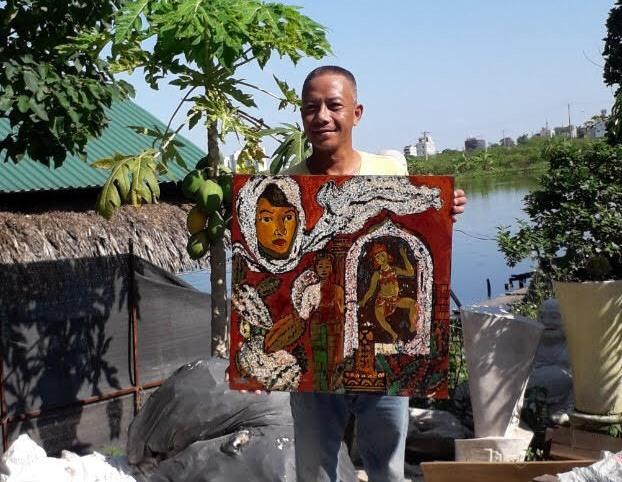 """Họa sĩ Hà Minh Tuấn và """"nàng Apsara"""" trước khi gửi về Đà Nẵng tặng bạn."""