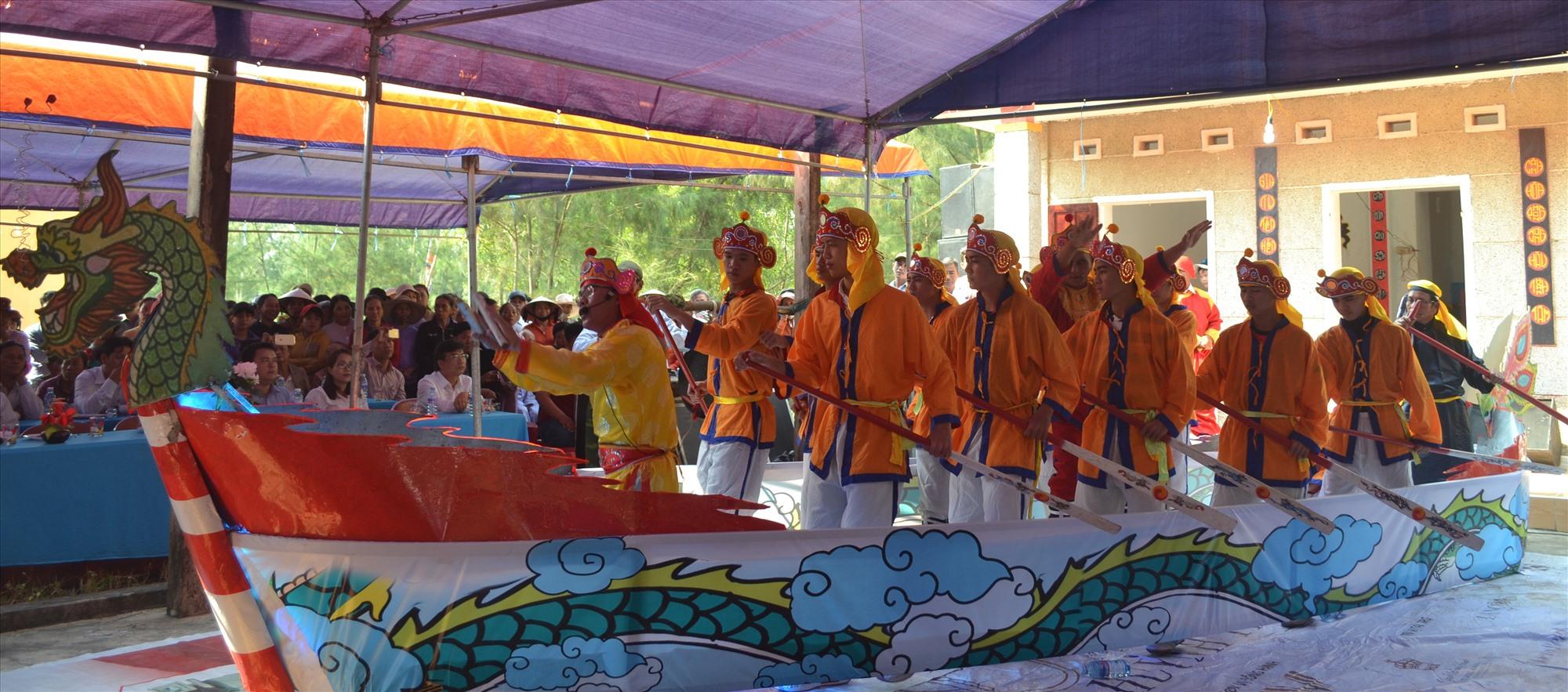 Lễ hội cầu ngư và hát bả trạo của cư dân làng biển.Ảnh: Q.V