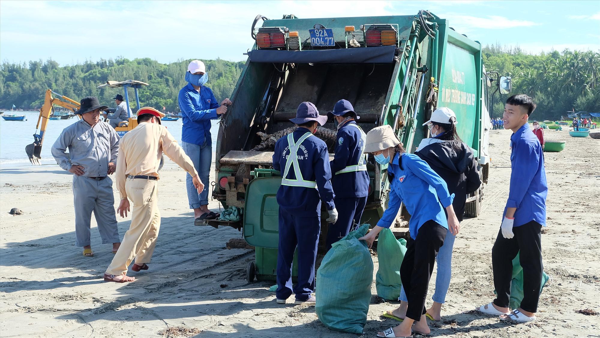 ĐVTN Quảng Nam thu gom rác thải, bảo vệ môi trường. Ảnh: A.B