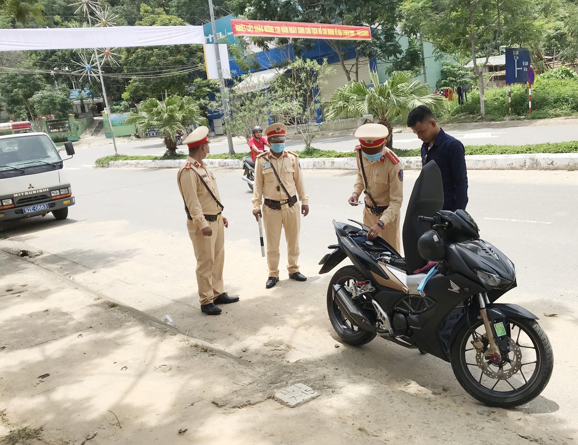 Lực lượng CSGT Đông Giang thực hiện tổng kiểm soát phương tiện đường bộ. Ảnh: C.T