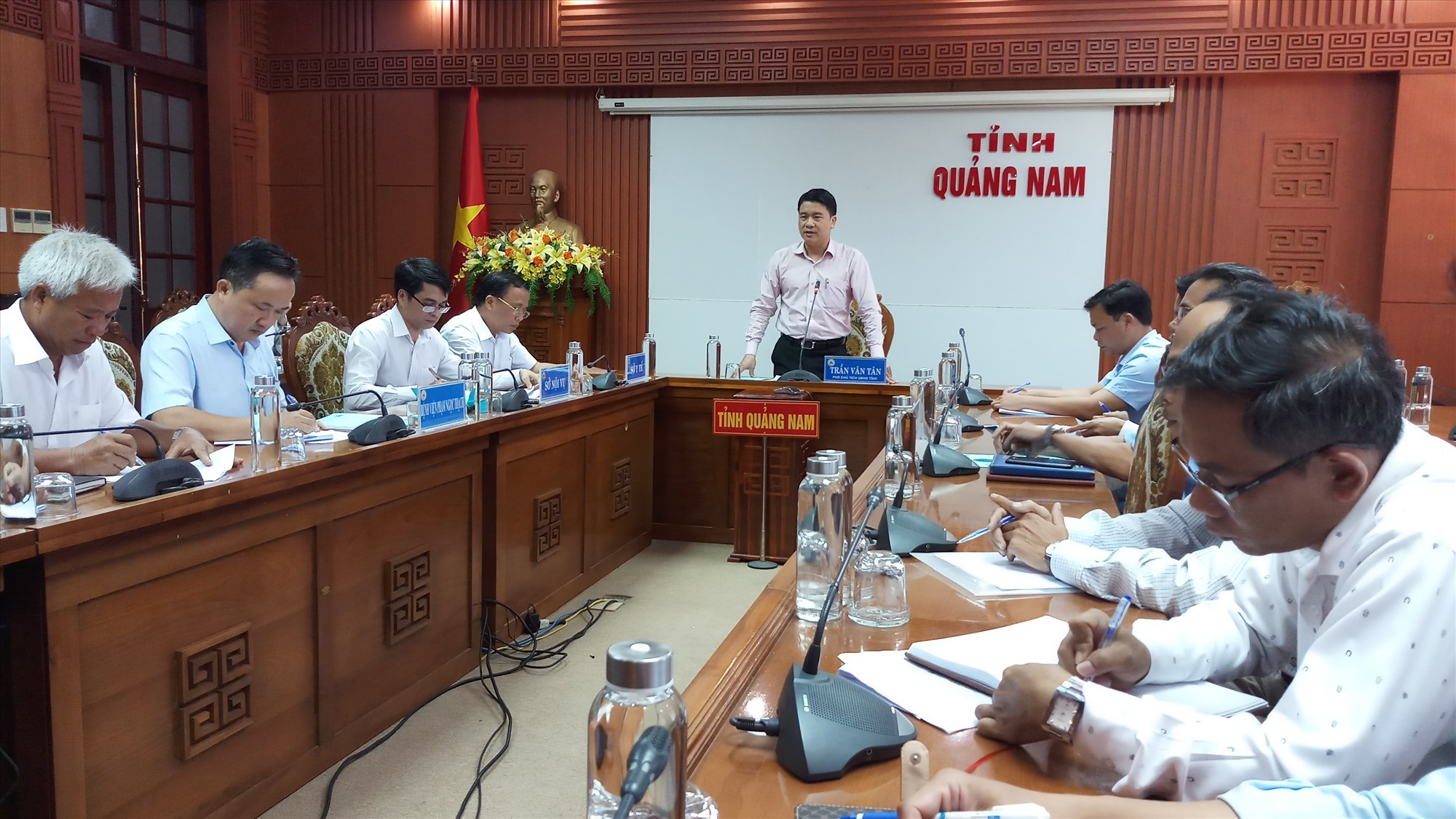 Phó Chủ tịch UBND tỉnh Trần Văn Tân kết luận tại buổi làm việc. Ảnh: ALĂNG NGƯỚC