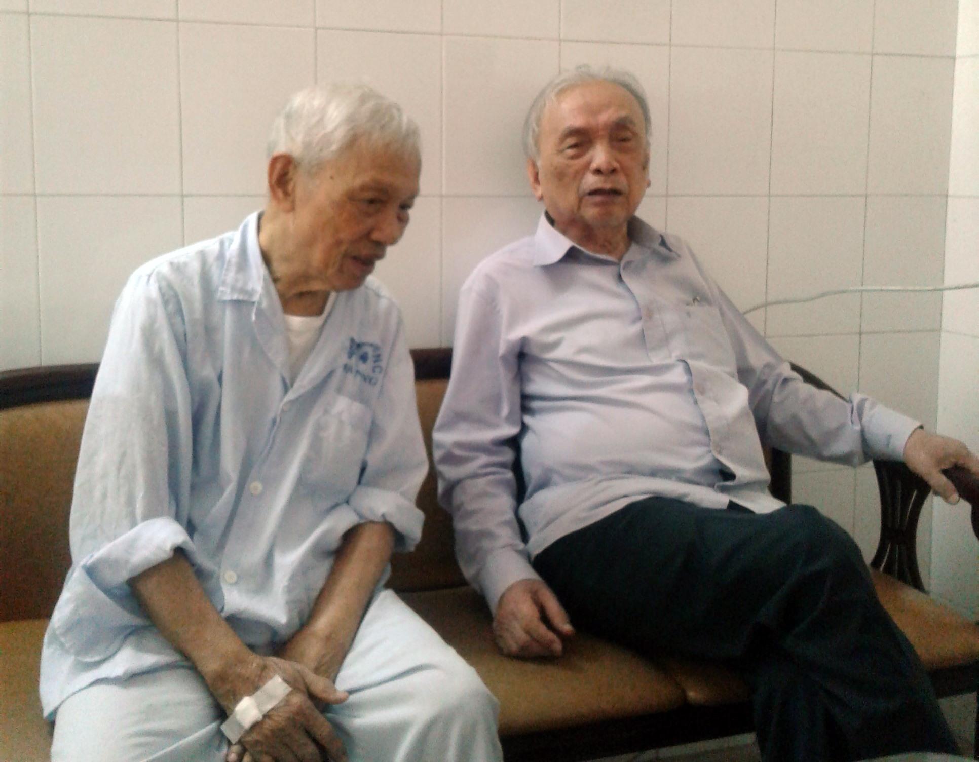 Anh Nguyễn Đình An (bên phải) thăm nguyên Bí thư Đặc khu ủy Quảng Đà - Trần Thận. Ảnh: HỒ DUY LỆ