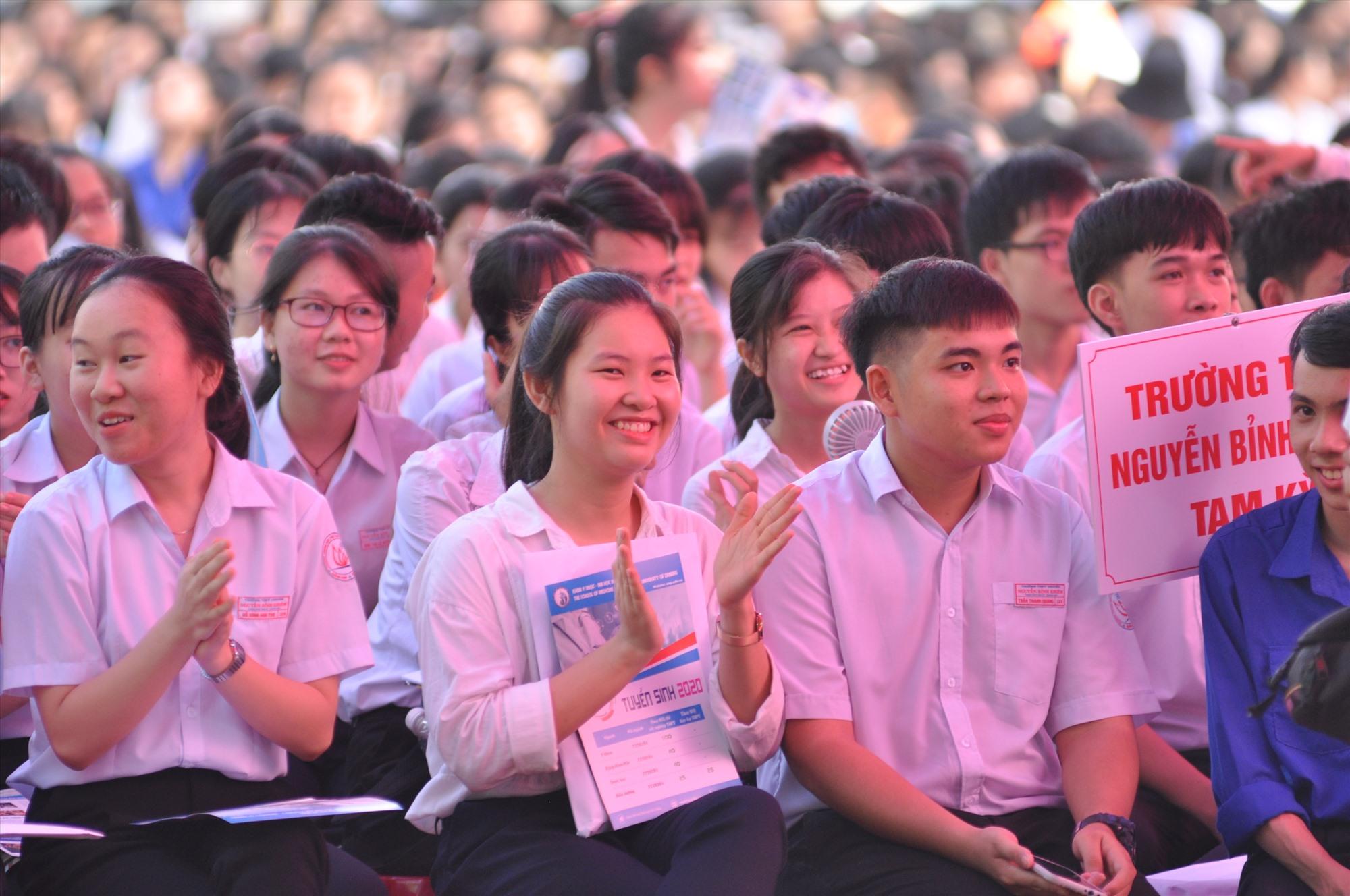 Gần 3.000 học sinh của các trường THPT trên địa bàn TP.Tam Kỳ và các địa phương lân cận tham gia chương trình. Ảnh: X.P