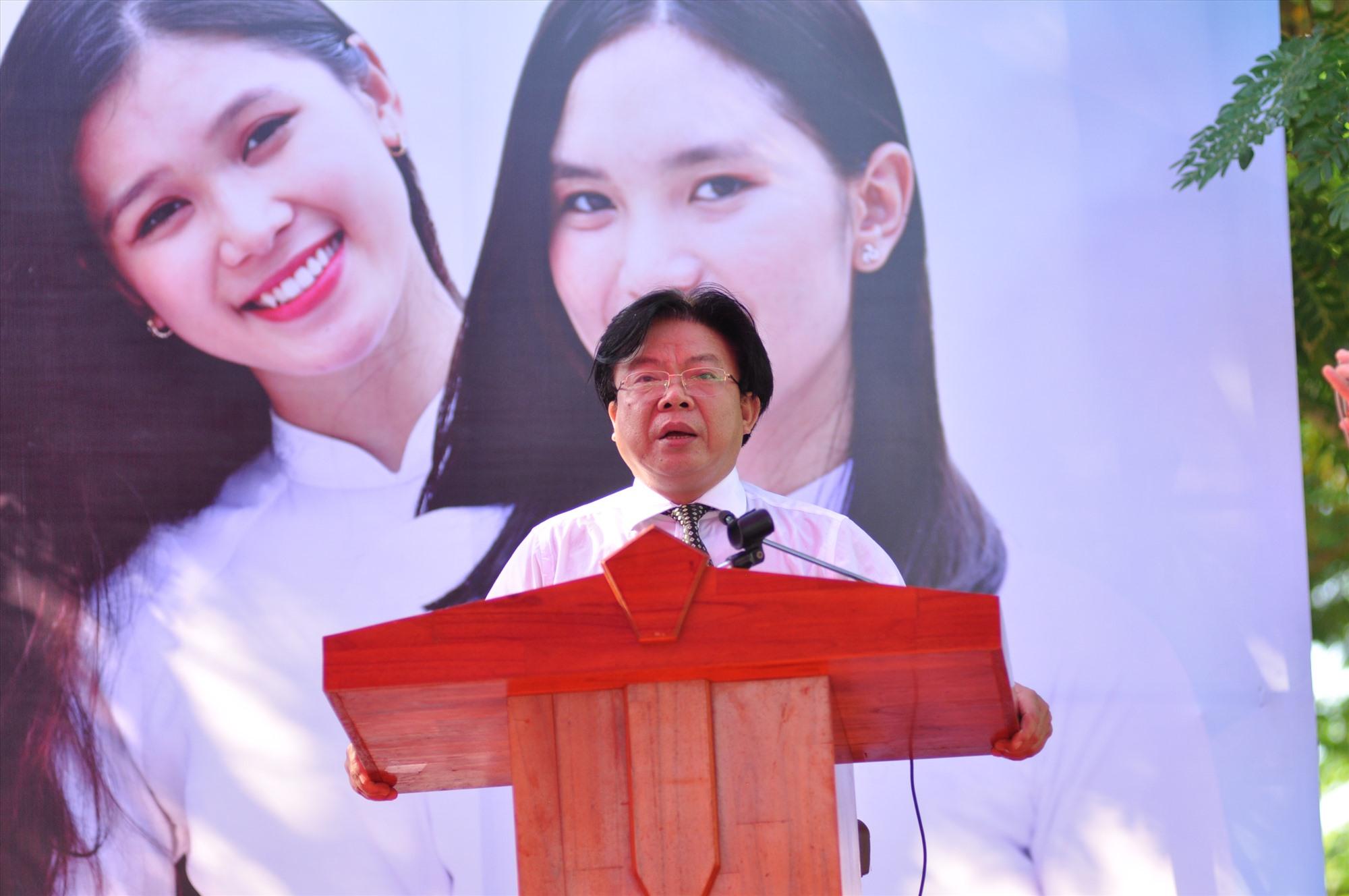 Giám đốc Sở GD-ĐT Hà Thanh Quốc bày tỏ lời cám ơn và đánh giá cao Báo Tuổi Trẻ đã tổ chức chương trình tư vấn tuyển sinh - hướng nghiệp cho HS Quảng Nam. Ảnh: X.P