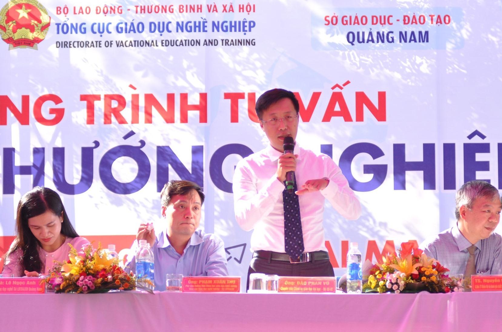 Ông Đào Phan Vũ - chuyên viên Vụ Giáo dục đại học giới thiệu một số điểm mới của kỳ thi tốt nghiệp THPT và tuyển sinh đại học. Ảnh: X.P
