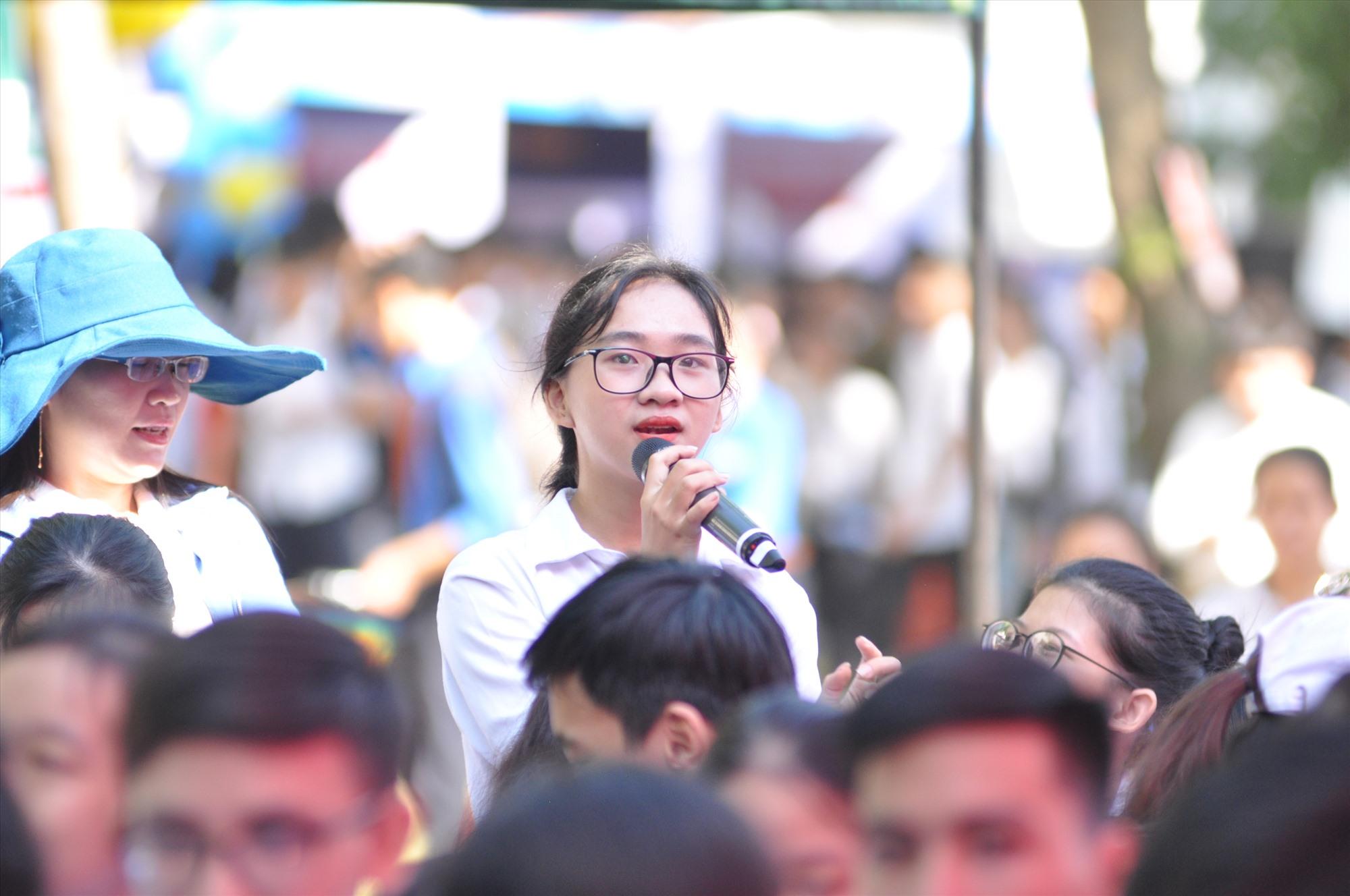 Một HS Trường THPT chuyên Nguyễn Bỉnh Khiêm đặt câu hỏi về tuyển sinh đại học. Ảnh: X.P