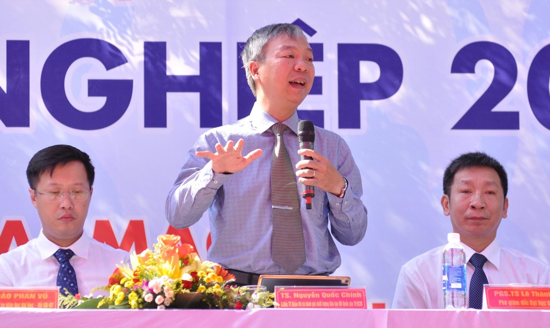 TS. Nguyễn Quốc Chính - Giám đốc Trung tâm Khảo thí và kiểm định chất lượng Đại học Quốc gia TP.Hồ Chí Minh giải đáp băn khoăn của HS. Ảnh: X.P