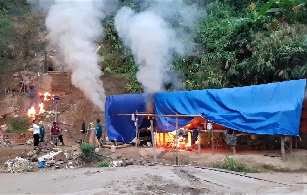 Lực lượng chức năng phá hủy lán trại tại điểm khai thác vàng trái phép thôn 3, xã Trà Mai. Ảnh: LÊ THẮNG