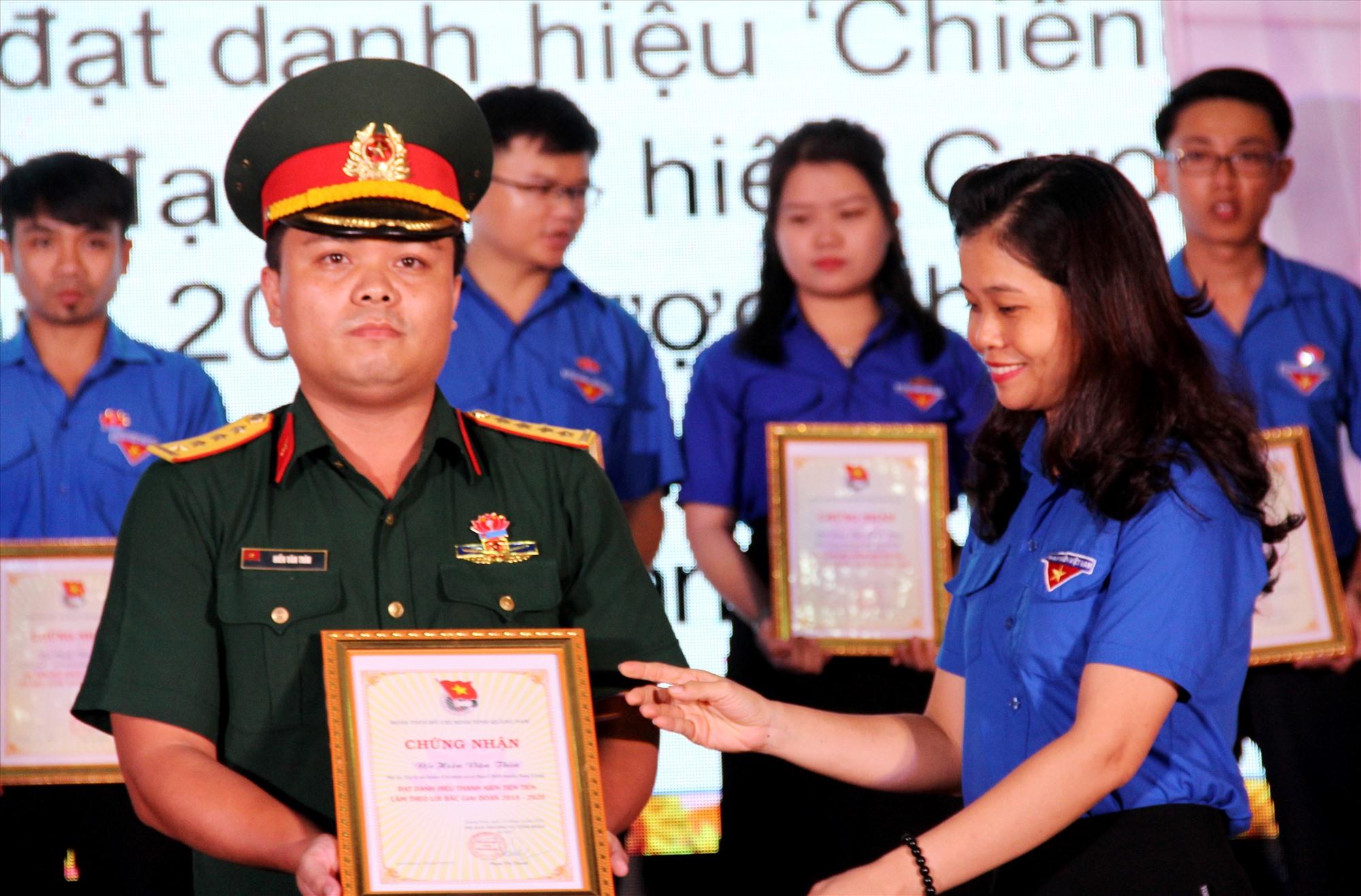 """Đại úy Hiền Văn Thìn nhận chứng nhận tại lễ tuyên dương """"Thanh niên tiên tiến làm theo lời Bác"""" năm 2020 do Tỉnh đoàn tổ chức. Ảnh: ALĂNG NGƯỚC"""