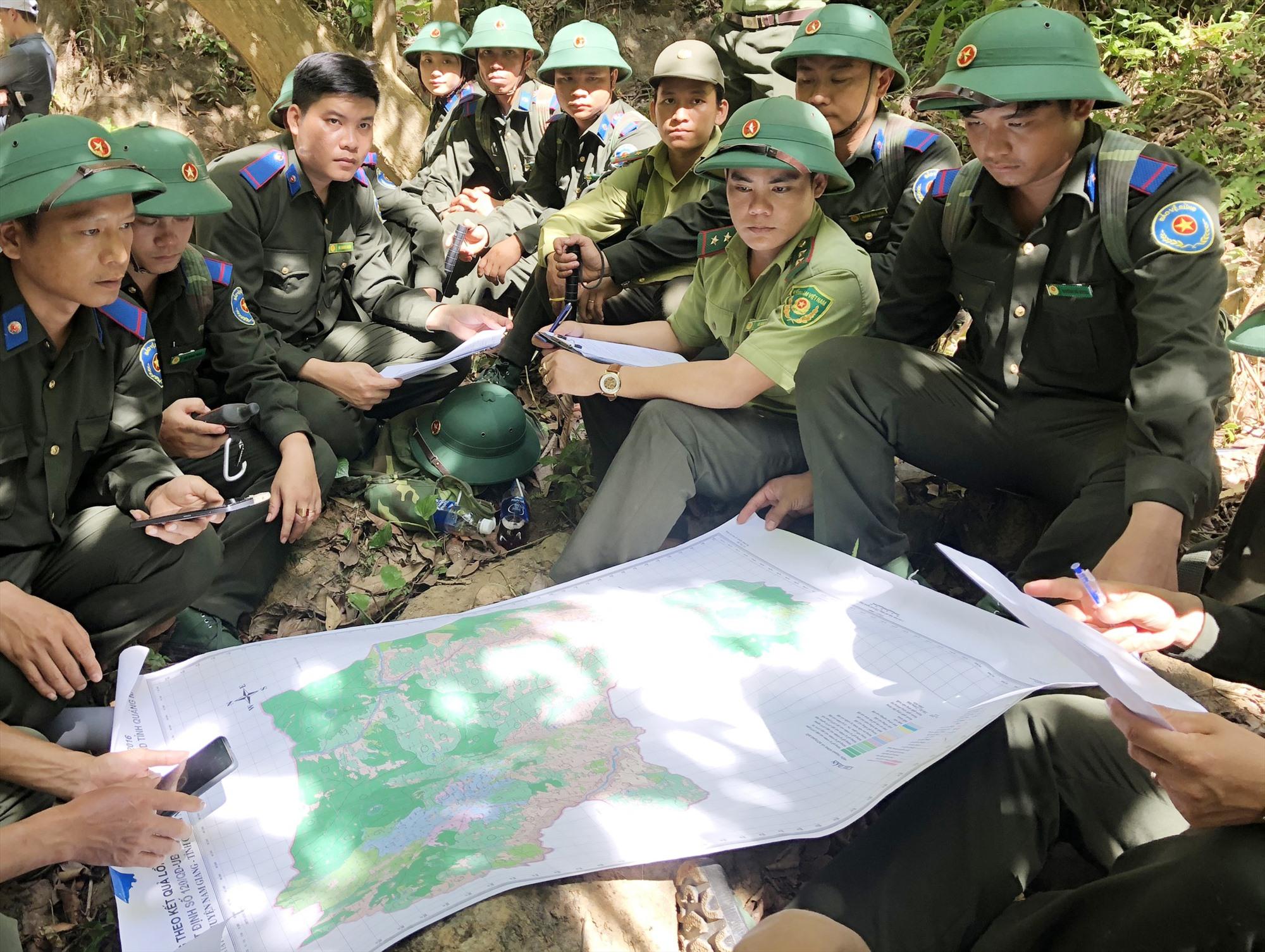 Khảo sát mở tour du lịch trong vùng lõi Khu bảo tồn thiên nhiên Sông Thanh. Ảnh: T.H