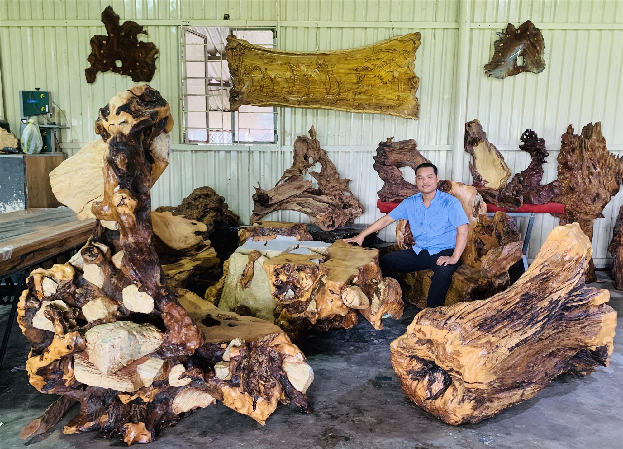 Bộ bàn gỗ bám thạch có giá 300 triệu đồng được anh Thái sưu tầm trong 8 năm.