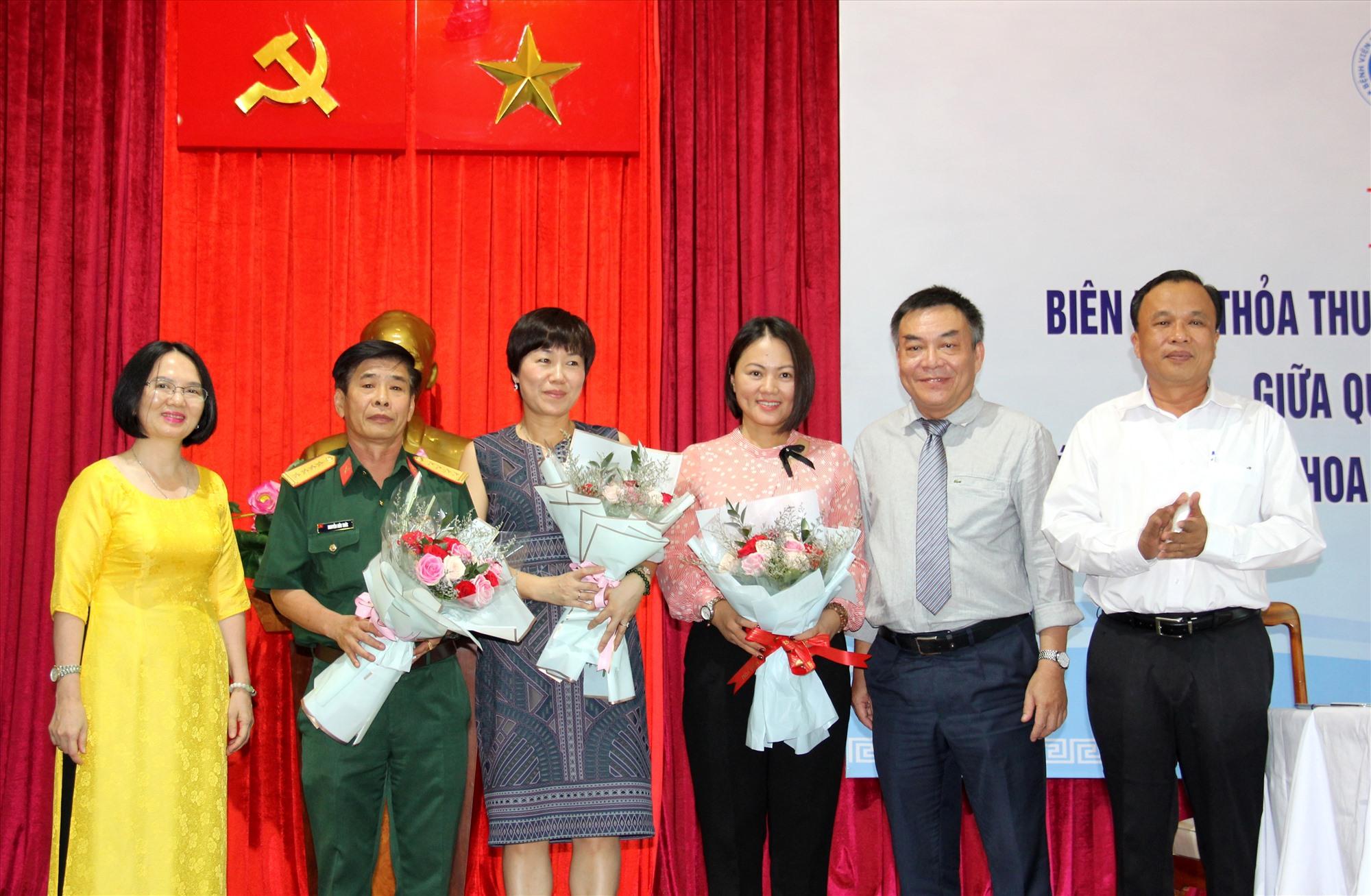 Lãnh đạo Sở Y tế tặng hoa chúc mừng thành công lễ ký kết. Ảnh: A.N