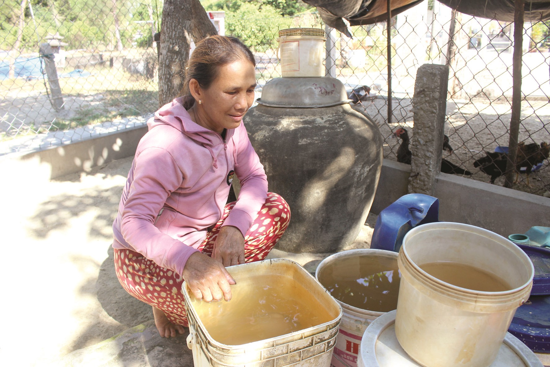 Người dân xã Tam Hải thiếu nước sinh hoạt. Ảnh: HOÀI AN