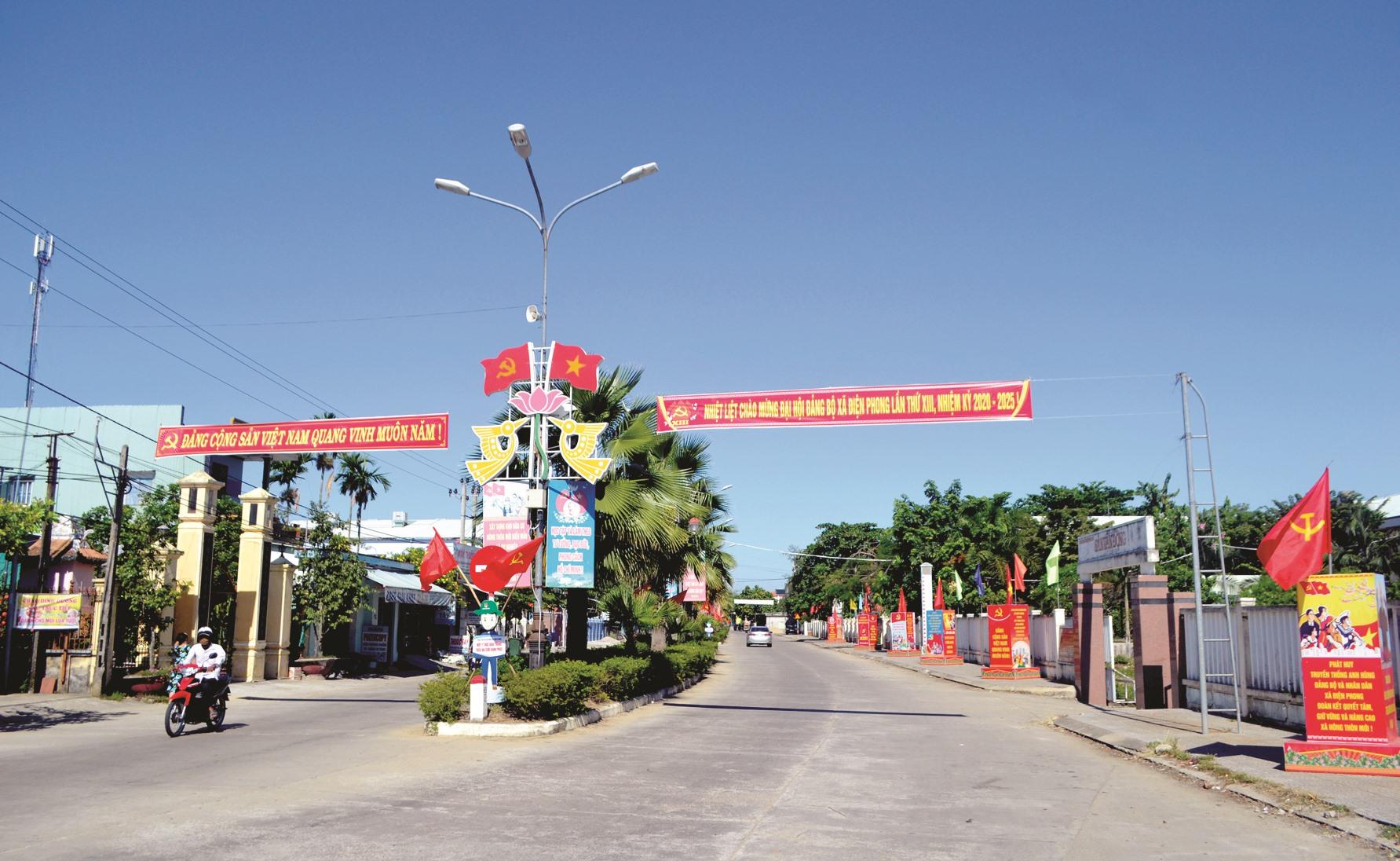 Đường trục chính qua trung tâm xã Điện Phong hôm nay. Ảnh: CÔNG TÚ