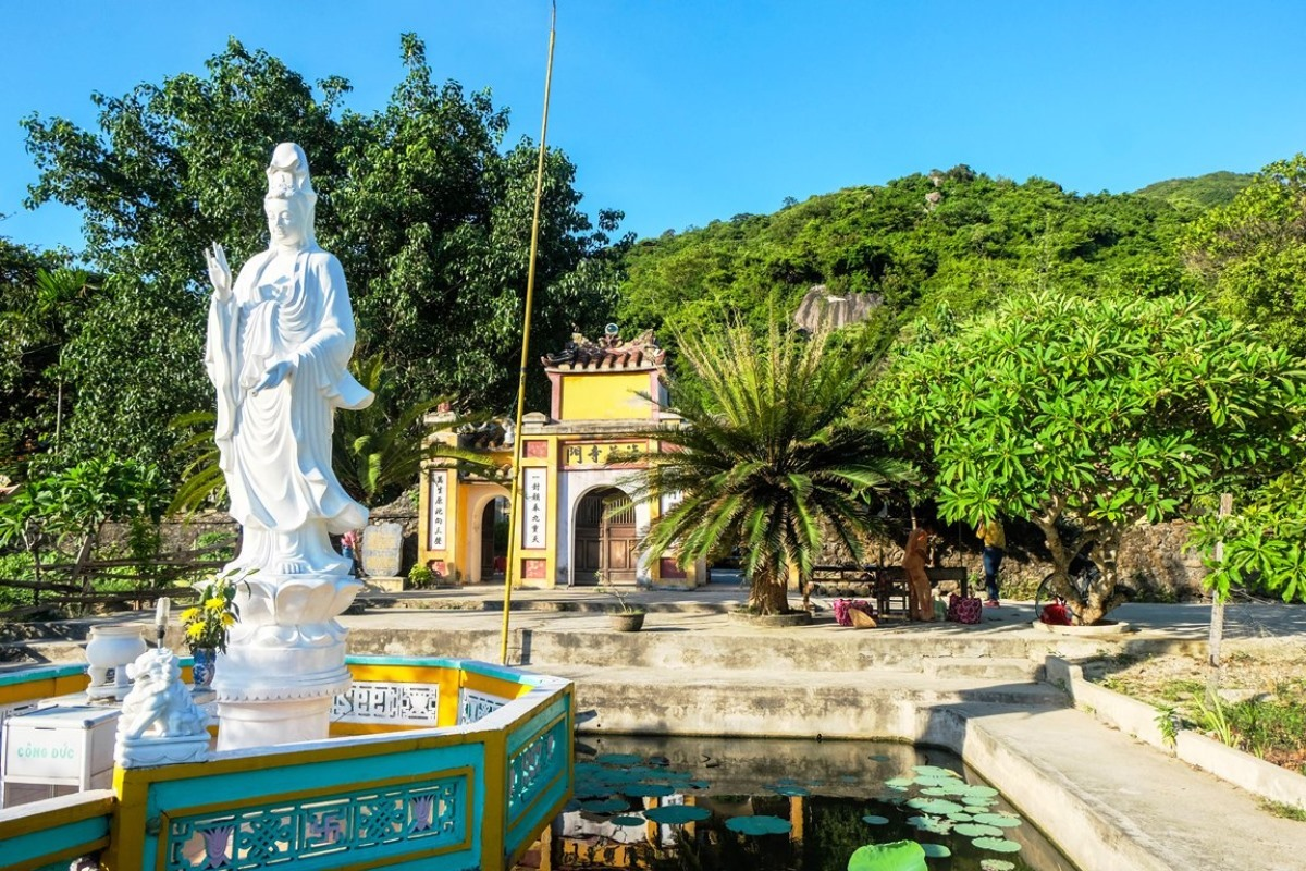 Statue of Bodhisattva Avalokitesvara at Hai Tang Pagoda