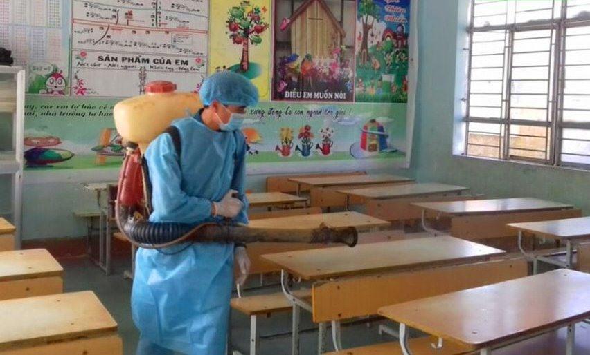 Các lớp học tại cụm dân cư số 2 được phun hóa chất khử trùng