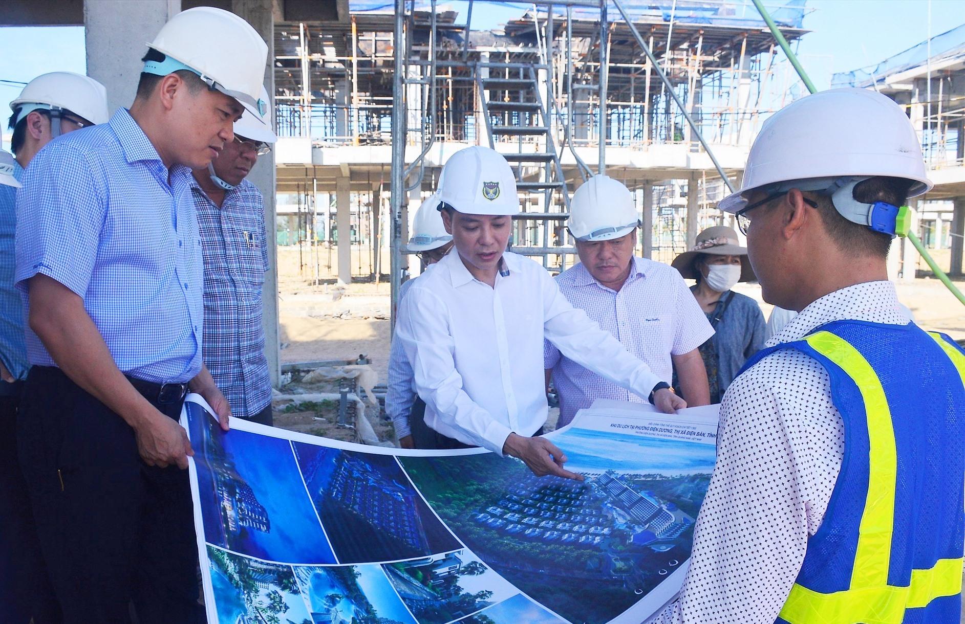 Đại diện chủ đầu tư báo cáo tiến độ thực hiện dự án với Phó Chủ tịch UBND tỉnh Trần Văn Tân. Ảnh: Q.T