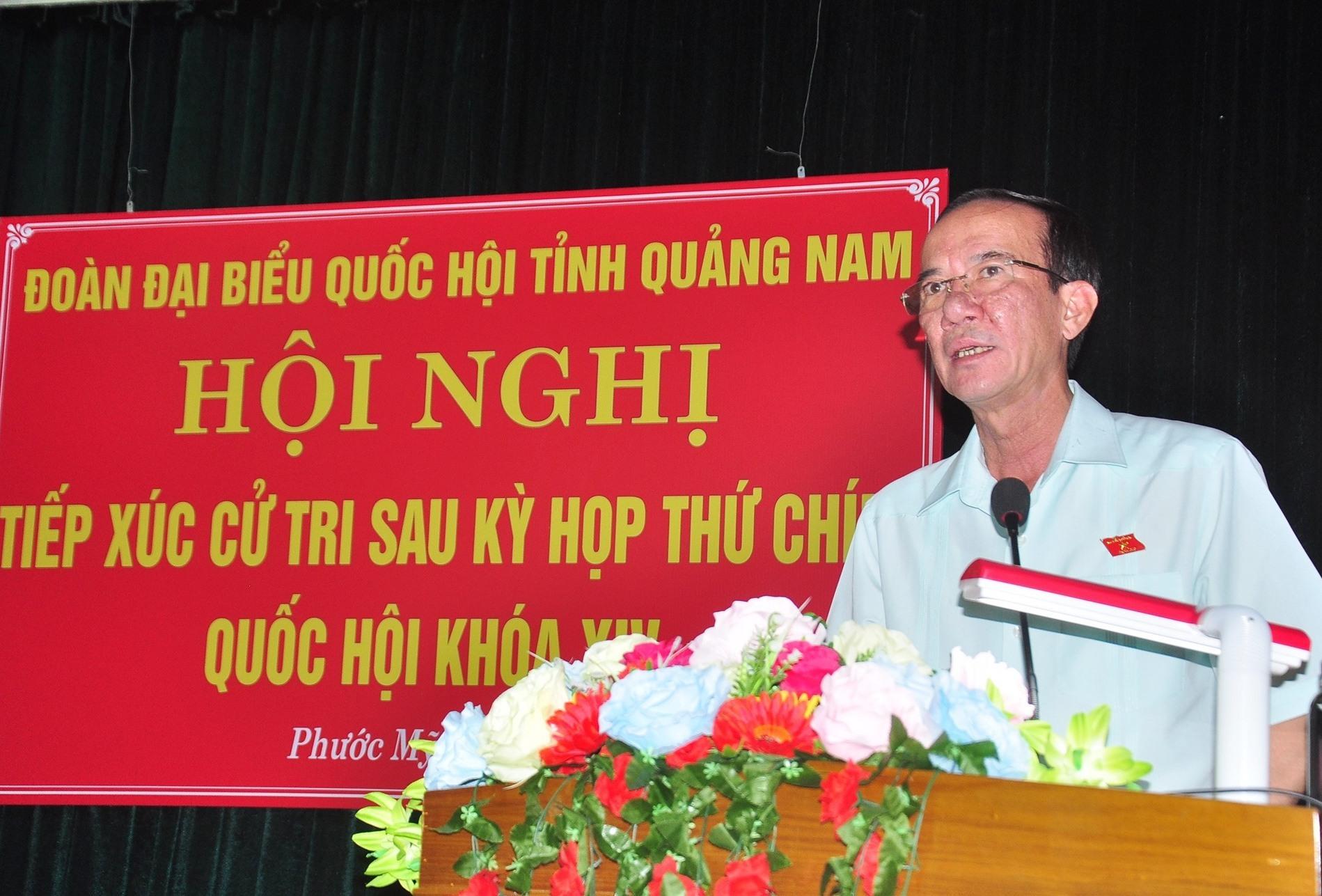 Thiếu tướng Nguyễn Đình Tiến - Phó Tư lệnh Quân khu 5 thay mặt Đoàn ĐBQH tỉnh thông tin với cử tri về kết quả kỳ họp thứ 9 Quốc hội khóa XIV. Ảnh: VINH ANH
